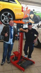 """unser Verkaufsleiter Herr Oliver Weinberger (links) mit Joachim """"Jo"""" Scholz in Jo's Werkstatt"""
